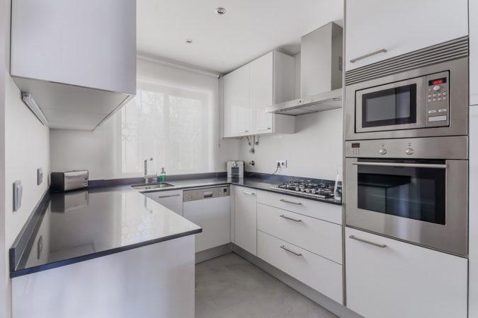 Дизайн кухні у стилі мінімалізм фото UrbanWood -4